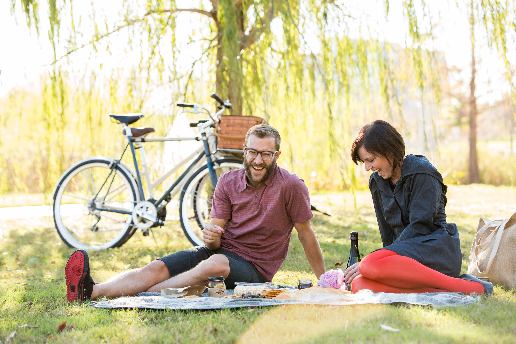 bike lifestyle couple picnic
